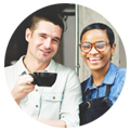 Serveurs buvant un café sur le pas de porte d'un restaurant Promouvoir restaurant instagram
