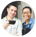 camerieri che bevono caffè all'ingresso del ristorante Pubblicizzare il ristorante Instagram