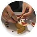 Mains d'un chef cuisiner coupant des figues. promouvoir restaurant instagram