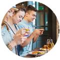 Influenceurs photographiant leurs plats dans un restaurant. promouvoir restaurant instagram