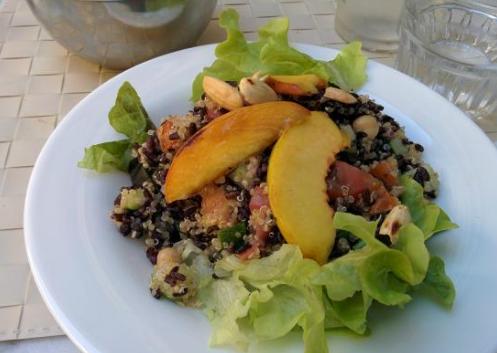 Iens Iens Gasten aantrekken door vegetarische gerechten aan te bieden - Quinoa met groenten, zwarte rijst en perziken. Restaurant Quinoa. Florence, Italië.