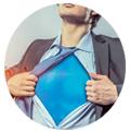 home obrint la seva camisa i mostrant disfráz de superman segmentez vos clients
