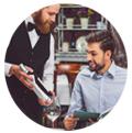 Serveur montrant une bouteille de vin à un client segmentez vos clients