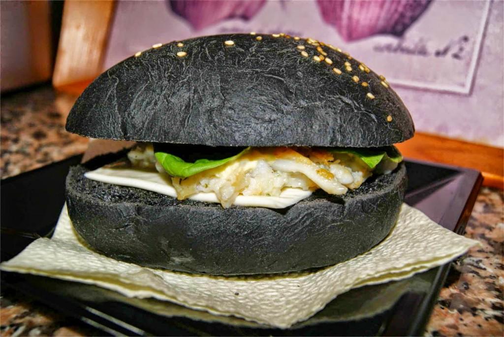 the fork Trouver des clients en 2017 : 10 tendances gastronomiques à suivre burger pain noir