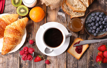 croissants, kopje koffie, fruit, ontbijtrestaurant