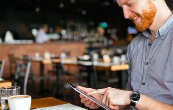 gerente de restaurante sacando cuentas. beneficios restaurante