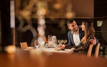 jeune-couple-au-restaurant